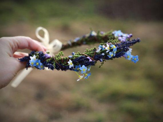Blume-Haar-Kranz in blauen und grünen Farben. Aus konservierten Lavendel, Gras und Textile Blumen konserviert. Die Kranz-Base besteht aus