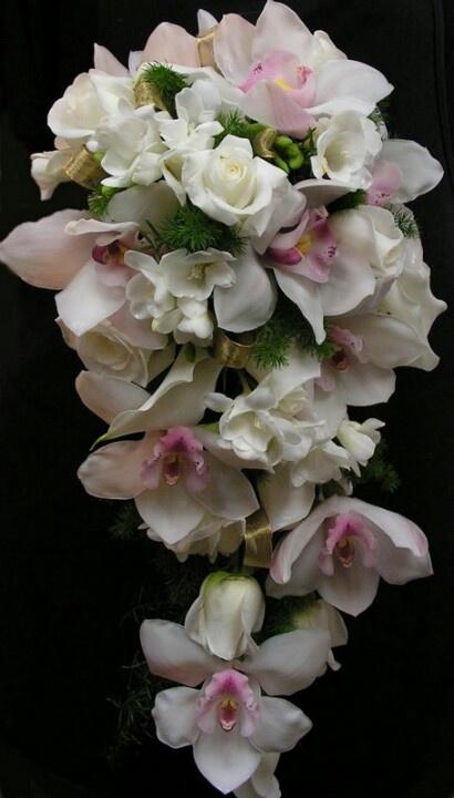 Ramo de novia con rosas blancas y orquídeas