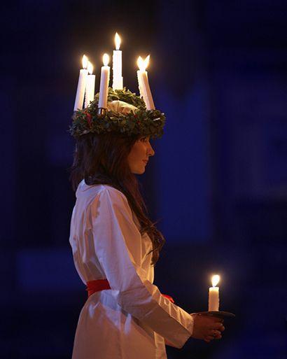 Tocado y traje para la fiesta de Santa Lucia~en la Navidad sueca.