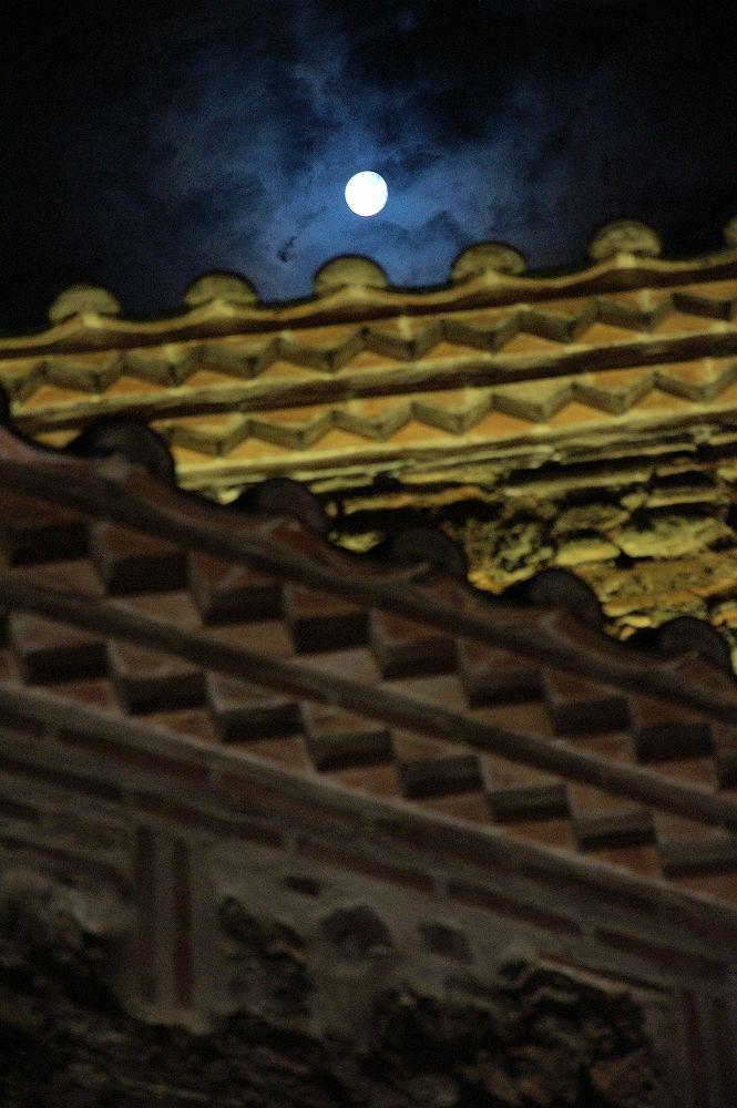 Η στέγη του Γιαχουντί Χαμάμ και το φεγγάρι