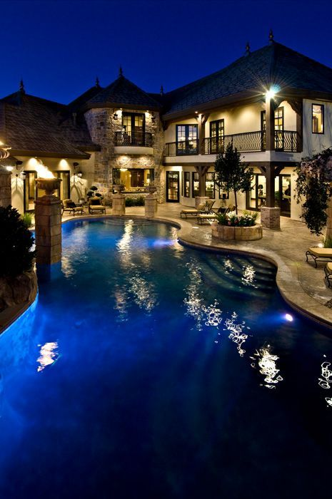 I love this pool cause it outside and it looks very pretty.