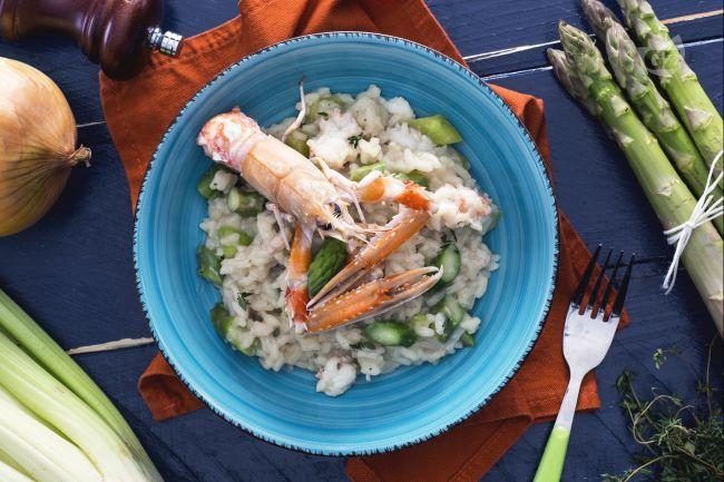 Il risotto agli asparagi e scampi è un primo piatto raffinato, dove si fondono profumi e sapori che danno vita ad una pietanza dal gusto delicato.