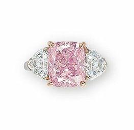 Diamante ROSA VIVID - Graff  diamante rosa vívido em forma de almofada pesando 5,00 quilates, ladeada de ambos os lados por um diamante em forma de escudo, montado em platina e ouro rosa 18k. relatório no. 12956371 datado 23 de julho de 2009 pelo Instituto Gemológico da América afirmando que o diamante 5,00 quilate é fantasia rosa vívido, cor natural, claridade VS1, com um diagrama de trabalho, indicando que a clareza é potencialmente impecável. Tipo Ila.
