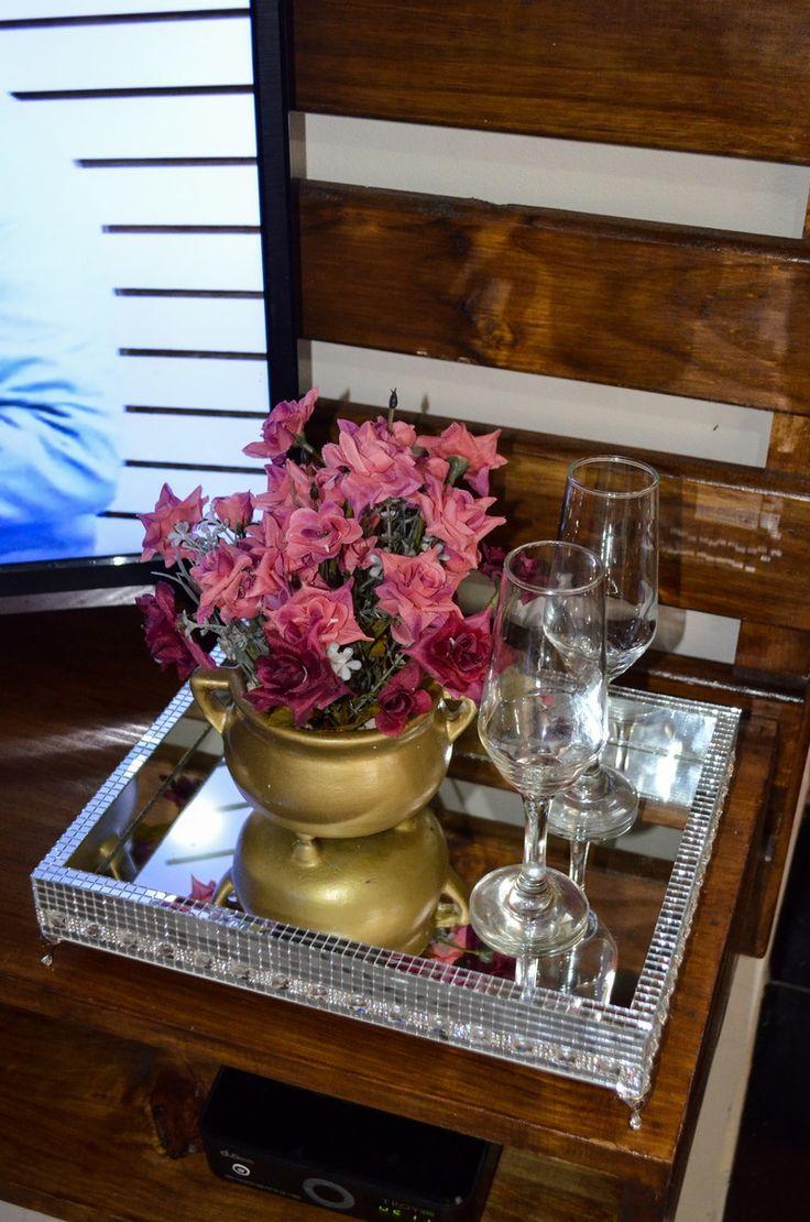 Bandeja espelhada com fundo interno com espelho. Laterais internas e externas revestido com micro espelhos. É ideal para decorar sua sala, lavabo ou banheiro.