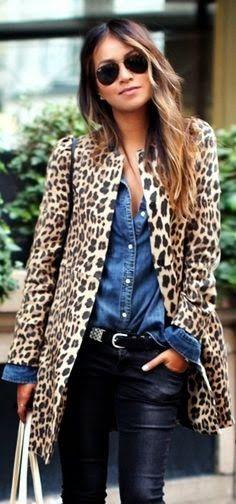 Chemise en jeans + pantalon en cuir noir + manteau léopard