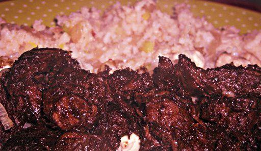 Gerecht printenMaak nu Daging smoor(gestoofde rundvlees) heerlijk authentiek Indonesisch recept, lekker met witte rijst! Benodigdheden voor Daging Smoor 400 gram runderlappen (mager) 3 tenen knoflook, fijn 5 sjalotjes, gesnipperd 1/2 theelepel nootmuskaat 1/4 theelepel gemalen kruidnagels 2 eetlepels zonnebloemolie 1 tomaat, ontveld 4 eetlepel ketjap manis 300 ml water een scheutje azijn zout naar smaak …