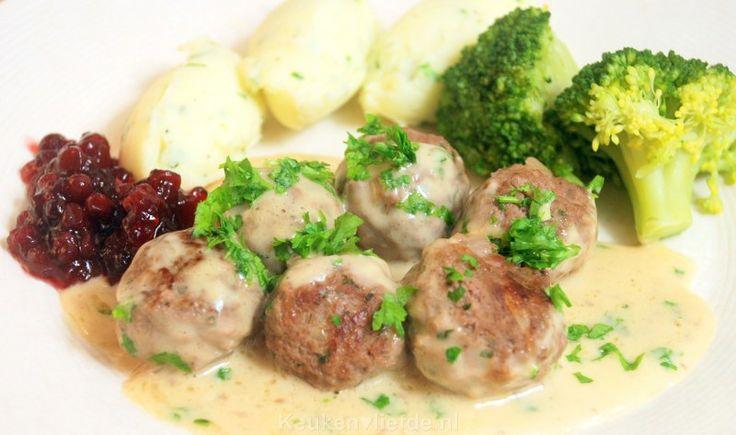 Dit is mijn eigen verrukkelijke variant op het immens populaire gerecht van IKEA: Zweedse gehaktballetjes in romige saus met veenbessencompote.