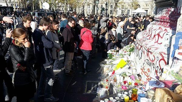 Pařížané po celý víkend navštěvují místa pátečních útoků i další památníky obětem, které ve městě vznikly.