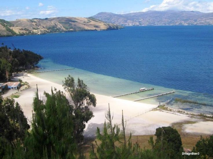 Lago de Tota El lago de Tota es un cuerpo de agua natural situado en el departamento de Boyacá, Colombia. Con una superficie cercana a los 55 km² es el lago más grande de Colombia.