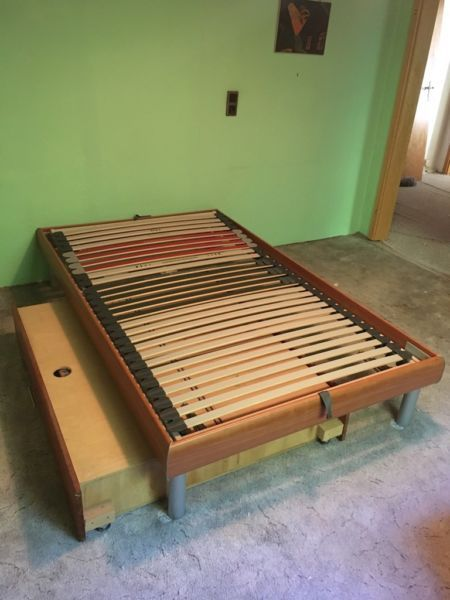 Zum Selbstabholern biete ich ein sehr gut erhaltenes Brett in Holzoptik und Metallfüßen mit passenden Bettkästen zum ausziehen auf Rollen. Außerdem haben die Bettkästen einen Deckel, sodass der Inhalt vor Staub gestützt ist.Das Bett ist für Matratzen der Größe 120cm x 200cm.Zusätzlich kommt ein hochwertiges, kaum genutztes Lattenrost dazu, welches an der Kopf- und Fußseite aufgestellt werden kann.Bei weiteren Fragen ruft an oder schreibt mir.Grüße