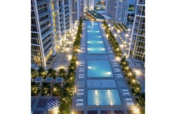 Viceroy Pool, Miami In addition to the blueberry trees and views of Biscayne Bay, the deck boasts a wading pool, an 80-person hot tub, and a swimming pool the size of a football field.