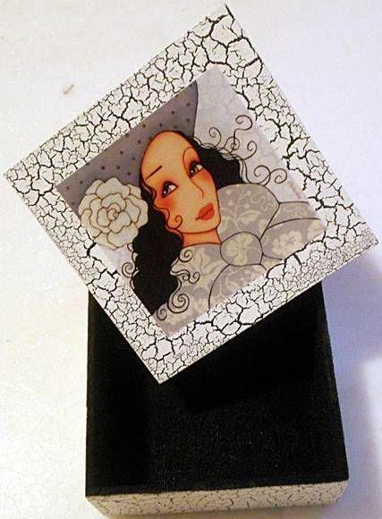 Caixa de mdf, tampa decorada com decoupage e craquelê, base em craquelê, flocada internamente. R$ 30,00