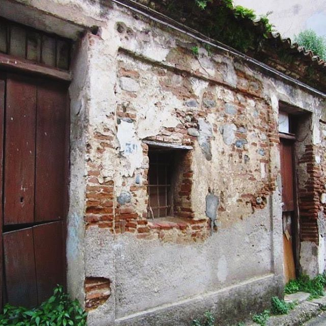 I found a fascination in taking photos of the abandoned houses in San Martino and bringing them back to life in someway by sharing them on Instagram. We don't often see the villages of certain parts of the world, and this is one of them in Calabria 🌏 #sanmartino #calabria #provinceofreggiocalabria #reggiocalabria #throwback #melbournelifelovetravel #littletown #village #vintage #heritage #rustic #visititaly #visitcalabria #instahistory #italia #famiglia #culture #explore #travel #history