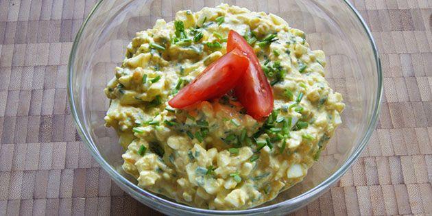 Forrygende æggesalat med en skøn kombination af creme fraiche, purløg og karry.