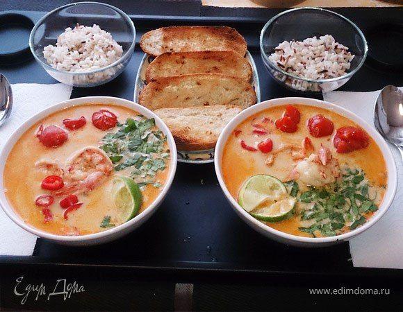 Суп «Том Ям» c тигровыми креветками  Побалуйте себя и близких пикантным согревающим супом в азиатском стиле. Наваристый бульон, вкусные креветки, приправы и свежая зелень — интересное сочетание для обеденного блюда. #готовимдома #едимдома #кулинария #домашняяеда #суп #обед #обеденноеменю #вкусно #сытно #согревающийсуп #креветки #специи #кинза