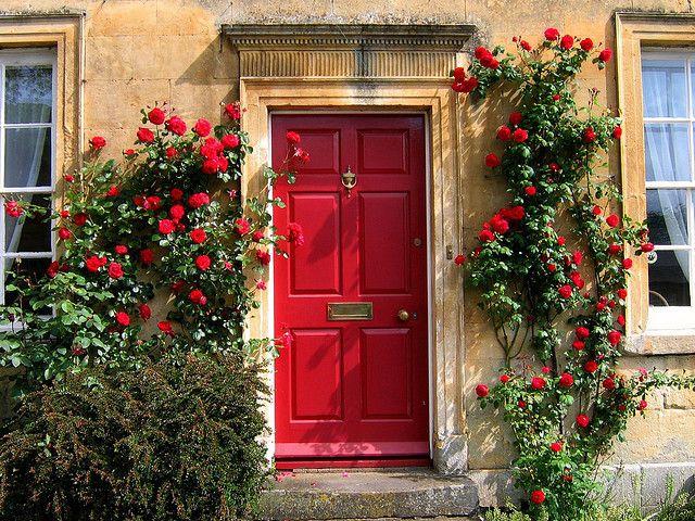 Porta vermelha + flores vermelhas