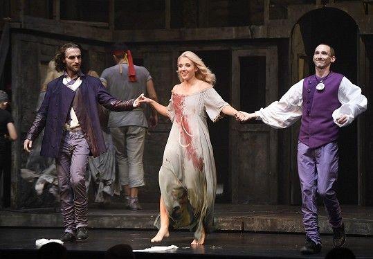 Anička při děkovačce jako Rózi v muzikálu Krysař