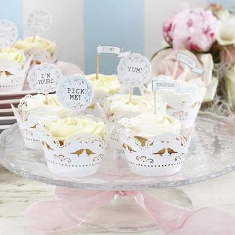 Dagaanbieding 1: vintage decoratieve prikkers. Prikkers voor cupcakes met de teksten I'm yours, Pick Me, Yum and Delish. Elk pak bevat 16 prikkers van 6.5cm hoog.  Alleen vandaag van 4,50 voor 2,25!  Zie: www.trouwen-online-shop.nl (link in bio)  Afhalen in de showroom kan ook. Bel even 010 2600742 of mail info@trouwen-online-shop.nl om een afspraak te maken.  #bruidstaart #taart #cupcake #prikker #vintage #justmarried #bride #aanbieding #dagaanbieding #justmarried #decoratie #bruid…