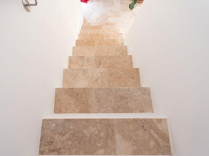 Surprenez Vos Proches Et Invites Laissez Vous Tenter Par Un Escalier Fait De Carreaux En Travertin Stonenaturelle Travertin Escalier Decoration Maison