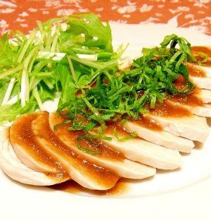 楽天が運営する楽天レシピ。ユーザーさんが投稿した「しっとり茹で鶏✿梅だれ」のレシピページです。しっとり茹でた鶏ムネ肉に、梅だれをかけました。さっぱりといただけます♪。茹で鶏。鶏むね肉,長ネギの青い部分,水,酒,梅干し,●水、酢,●しょうゆ,●砂糖,●ごま油,大葉