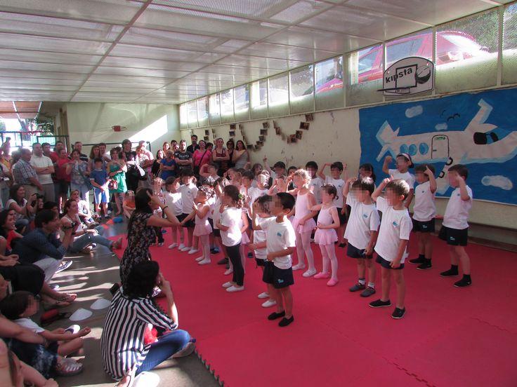 No dia 20 de junho todos vivemos um dia glorioso!  De manhã realizou-se o espetáculo onde as nossas crianças contaram uma história sobre a solidariedade, a amizade, a tolerância e a diferença.  Na parte da tarde tivemos a segunda parte do espetáculo, referente a todas as atividades físicas e artes cénicas. À noite, todos nos sentamos num ambiente descontraído e de diversão, no arraial dos Santos Populares. #colegiodealfragide #amadora #portugal #festafimanoletivo #arraial