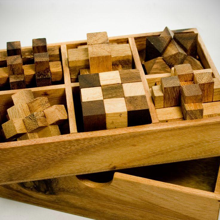 Wer Rätselfan ist, der brauch auch konstant Nachschub. Mit unserem IQ Master Knobelspiele Set aus Holz in edler Box - personalisiert fehlt der erstmal garantiert nicht. Sechs schwere Geschicklichkeitsspiele in edler Holzboch mit individueller Gravur.