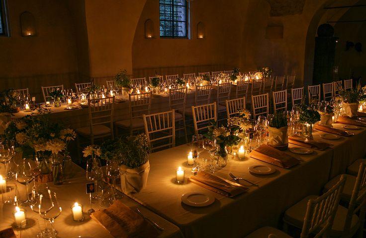 Gli antichi saloni ospitano un tavolo a ferro di cavallo. Le luci avvolgenti delle candele accolgono gli ospiti.
