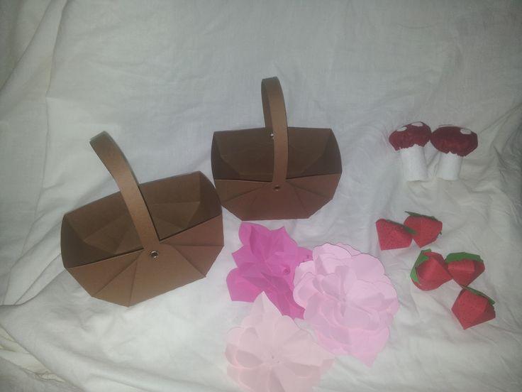 Porta caramelle cestino e funghi in feltro e fragoline e fiori carta
