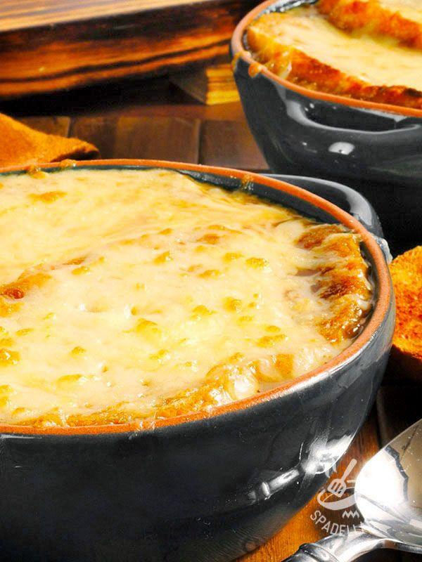 La Zuppa di cavolo verza e fontina alla valdostana è un piatto sostanzioso, preparato con cavolo verza, pane, pancetta e fontina.