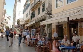Smalle straatjes afgewisseld met brede marmeren straten