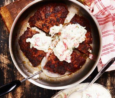 En perfekt vardagsmiddag tack vare sin korta tillagningstid och sitt lättlagade recept. Stora, saftiga biffar med indisk karaktär serveras med smarrig gurksås och nykokt ris. Ett enkelt och smakrikt sätt att göra pannbiff på!
