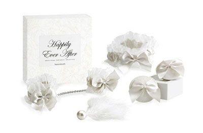 Coffret Happily ever after - Blanc Entré dans le monde chic de la sensualité avec nos produits de la marque bijoux indiscrets. Et toujours 5% de remise sur toute la boutique  Disponible en blanc ou rouge