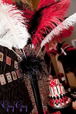 Decoracion con plumas para una fiesta de casino. #DecoracionFiestas #FiestasTematicas
