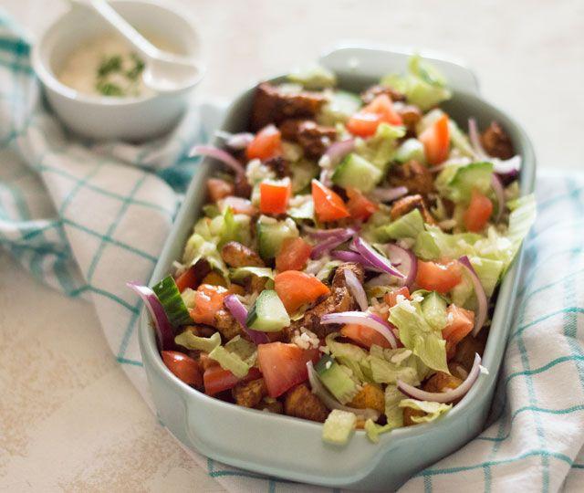 Kipsalon, de gezonde(re) versie van de welbekende kapsalon. Een heerlijke ovenschotel met opgebakken aardappels, kip en groenten.