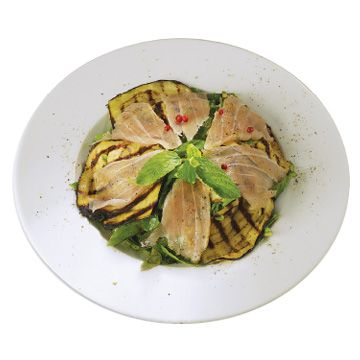 Green salad with marinated tuna and grilled eggplant! A favorite recipe by #Nammos resturant in #Mykonos, made with #OleaJuiceEVOO!!! Check out the recipe...
