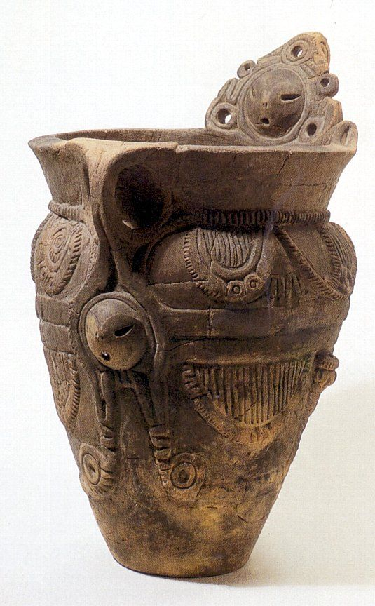 人面把手付深鉢(縄文中期):長野県 北杜市 御所前遺跡  母体から出産された嬰児を表現したとされる。