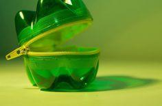recycler une bouteille en plastique : ajouter un zip à deux fonds de bouteille pour réaliser un porte monnaie !