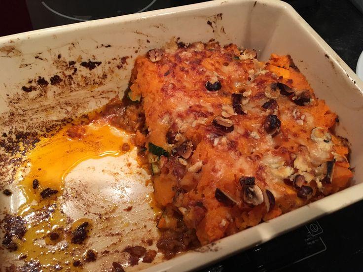 Ovenschotel pompoen gehakt ⁃250 g gehakt ⁃2 sjalotjes ⁃400 g butternut ⁃1/2e courgette ⁃kruiden: peper, paprikapoeder, kurkuma, komijn, raz el hanout ⁃2 zoete aardappelen, gekookt + gepureerd ⁃parmeggiano, geraspt met scheutje olijfolie en grof gehakte hazelnoten