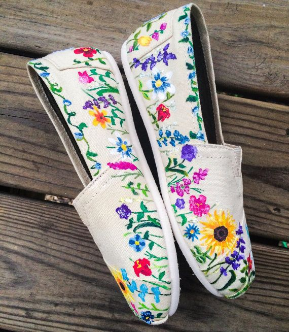 Un zapato de primavera maravilloso! Estos toms personalizados están adornados con una gran variedad de flores pintadas. Perfecto para primavera y verano moda o un gran regalo para una chica con un pulgar verde! Este diseño es pintado a mano. Debido a la mano personalizada pintado la naturaleza de estos zapatos, es de esperarse variaciones leves. Después de la personalización, diseño se rocía con un sellador para la durabilidad. Pintura es permanente y no de la viruta, cáscara o ejecutar…