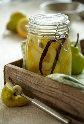 Skønne syltede pærer, der kan bruges som tilbehør i en dessert eller måske i en lagkage...