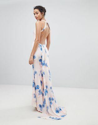 b0e16a3fbb56 Vestido largo con espalda abierta, detalle de cola y estampado floral  veraniego de Jarlo