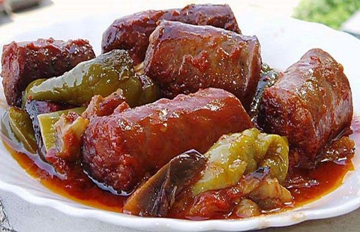 Υλικά 6 λουκάνικα χωριάτικα ½ κιλό πιπεριές πράσινες για τηγάνι (κέρατο) 3 – 4 καυτερές πιπεριές (προαιρετικά) 1 – 2 μελιτζάνες φλάσκ...