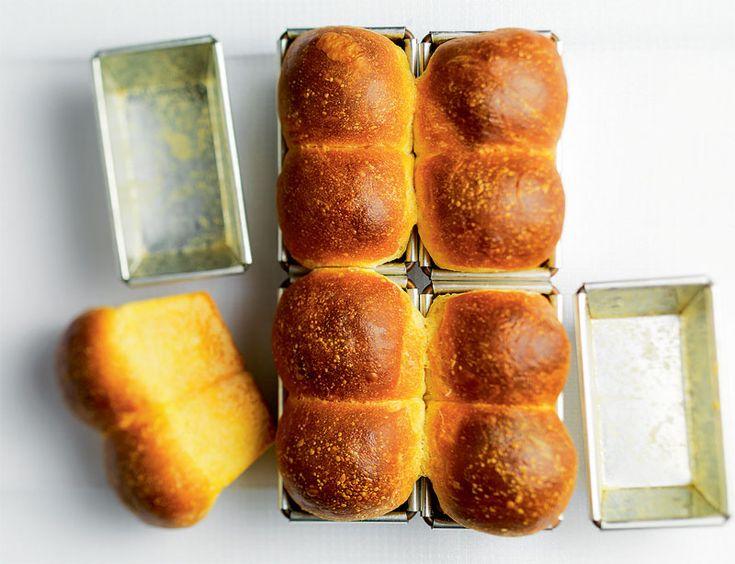 Statt Weggli von Hand zu formen, wird der Teig in der Form gebacken. Vorteil: Der Teig kann feuchter verarbeitet werden und geht besser auf. Ideal zum Toasten und für Sandwichs.