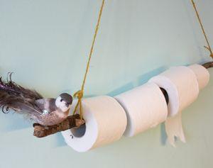 Met een stevige tak maak je in een handomdraai een originele toiletrolhouder.
