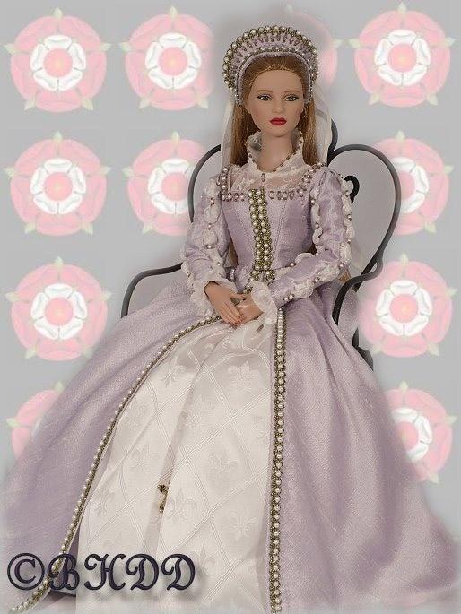 Abito in stile tudor in colori chiari, con perle applicate alle bordure. Costo £220
