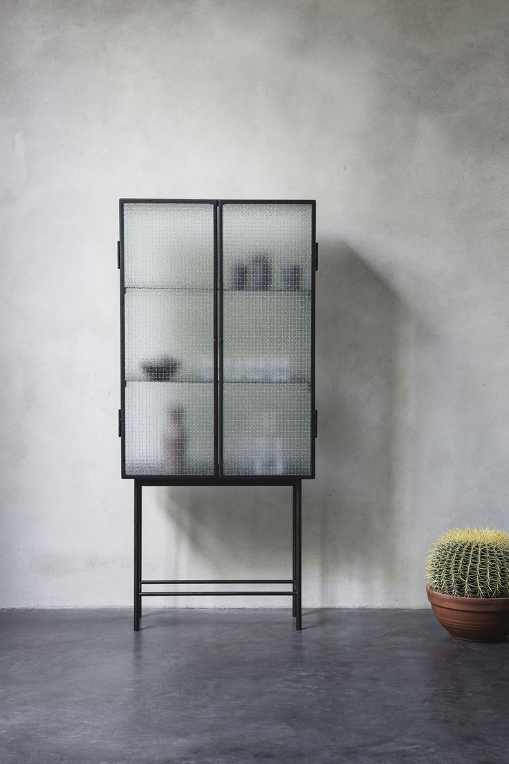 Scopri Vetrinetta Haze -/ L 70 x H 155 cm - Vetro retinato & metallo, Vetro traslucido / Nero di Ferm Living disponibile su Made In Design Italia il miglior sito online di design.