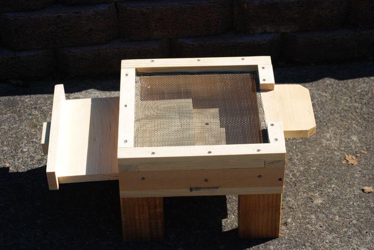 Mesh floor trap for bee mties