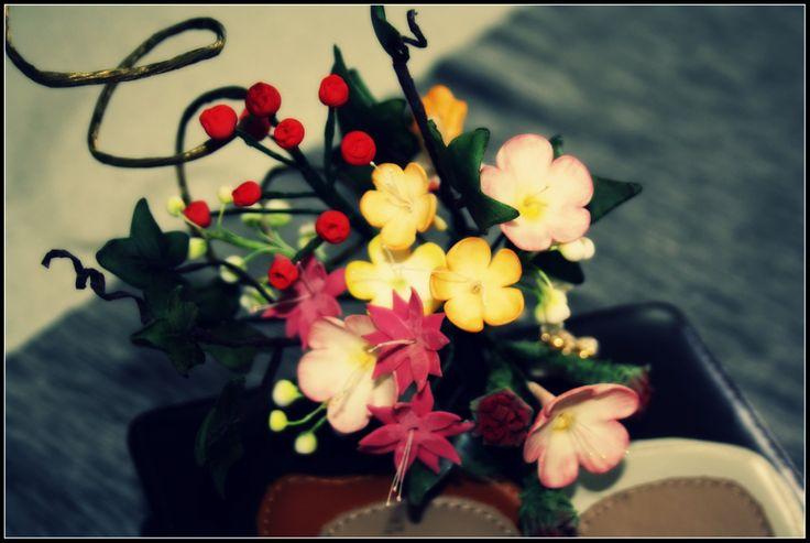 Il mazzolino più piccino con fiorellini di campo, edera e bacche
