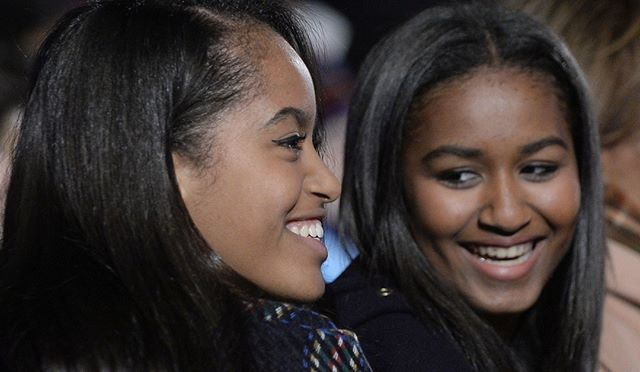 """Prestes a deixar a Casa Branca Sasha e Malia Obama receberam uma carinhosa carta de suas antecessoras Barbara e Jenna Bush. """"Vimos vocês crescerem de meninas a impressionantes jovens mulheres com graça e facilidade escreveram as colegas em uma verdadeira lição de sororidade. Vocês têm tanto para olhar adiante. Vocês escreverão a história de suas vidas para além das sombras dos seus pais."""" Leia mais em marieclaire.globo.com #obama #girlpower  via MARIE CLAIRE BRASIL MAGAZINE OFFICIAL…"""