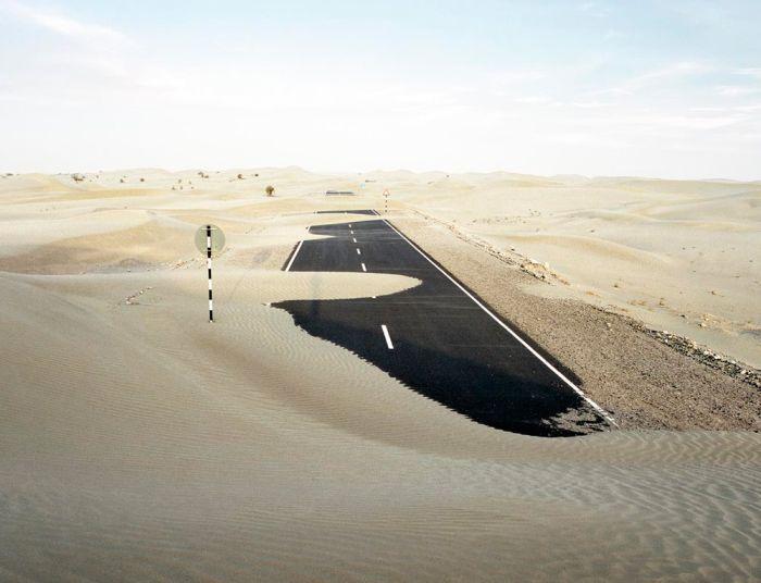 По грезе ездили машины. Под их колесами образовывалась асфальтированная дорога. Прямо посреди поля или пустыни.